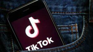 Smartphone Tik Tok dans une poche de jeans